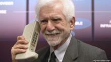 Ponsel Pertama Martin Cooper, mantan wakil direktur Motorola dengan ponsel model DynaTAC (Dynamic Adaptive Total Area Coverage). Ini adalah telepon genggam pertama yang dijual secara komersil. Motorola memperkenalkannya di tahun 1973. Tapi baru 10 tahun kemudian ponselnya tersedia di pasaran. Beratnya kurang dari satu kilogram dan harganya mahal. Hampir 4000 Dolar AS.